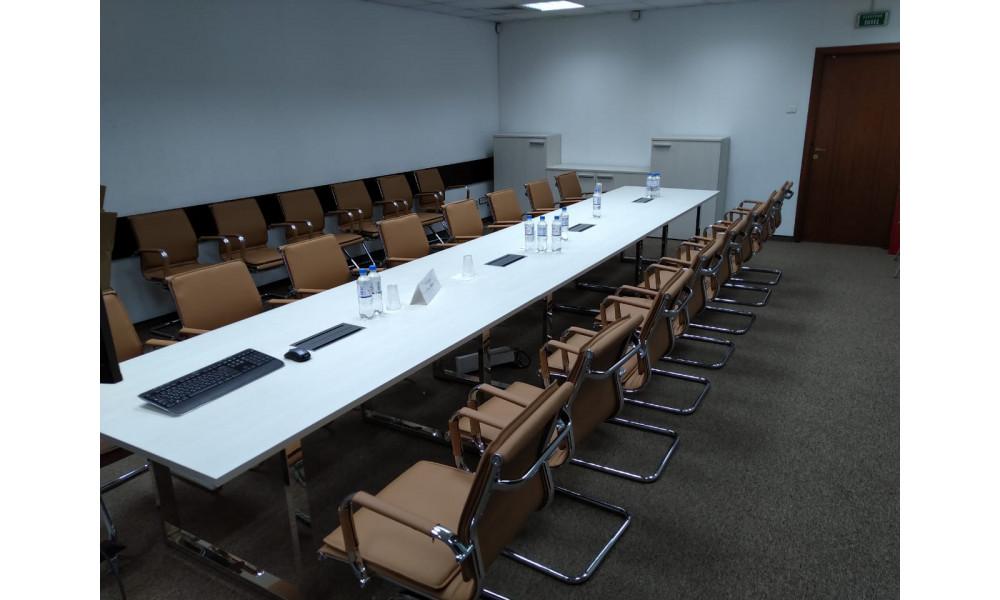 Большая переговорная с креслами и