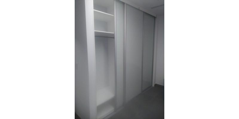 Встроенный шкаф гардероб с матированными стеклами